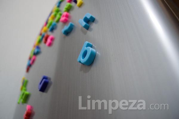 Como retirar adesivos das superfícies de aço inox?