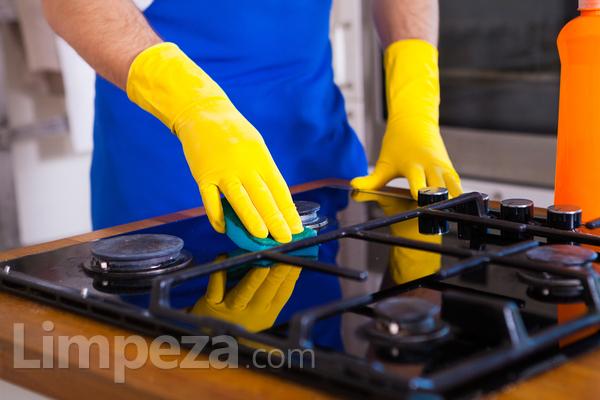 Como tirar plástico derretido no fogão?