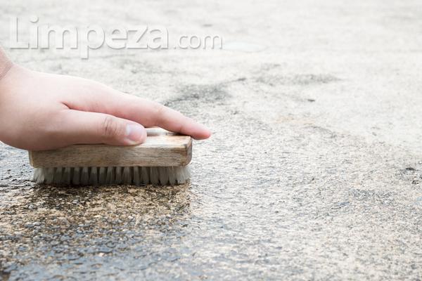 É possível remover lodo do piso de cimento?